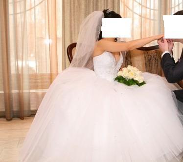 Продаю очень красивое свадебное платье. Корсет полностью состоит из стразов , на солнце или в темноте переливается(очень красиво),юбка очень пышная