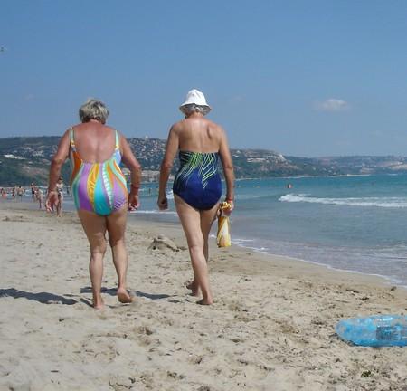 старухи на пляже без лифчика фото