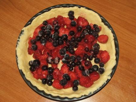 Пирог со смородиной и клубникой