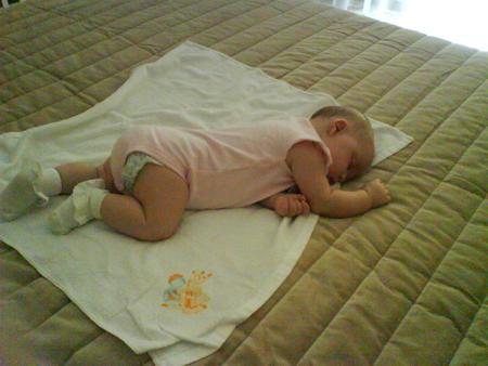 ребенок первый раз уснул на животе очень эластичное деформируется