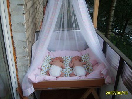 Ребенок спит на балконе зимой. - дизайн маленьких лоджий - к.