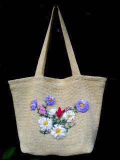 Вязаная сумка с вышивкой лентами.