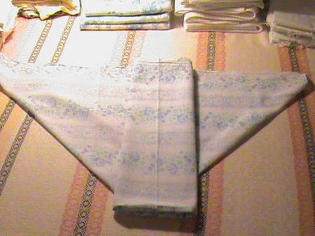 Получился треугольник, а сверху - еще полоска из нескольких слоев ткани  (слоев 12, если не ошибаюсь). Потом Кладем этот подгузник на пеленальный  столик ... 56a011ea4ee