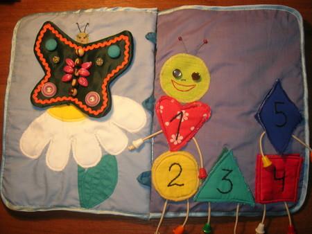 Для улитки мы скатываем ткань пальцами, а затем украшаем ракушку бисером, делаем цветок, а возле него - паучка.