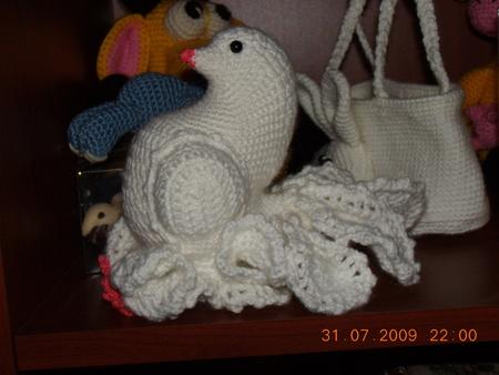 Вяжем крючком Одинокий голубь на карнизе за окном с - вязаный голубь мастер класс.