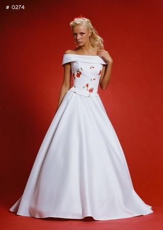 Шикарное свадебное платье: красивое, удобное. необычное, с потрясающей шнуровкой на корсете! В отличном состоянии, перчатки в подарок! 44 размер