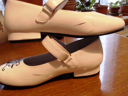 Вывести пятно на бежевых лаковых туфлях фото