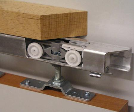 Для установки раздвижной двери понадобятся следующие инструменты. строительный отвес. рулетка. карандаш. шуруповерт...