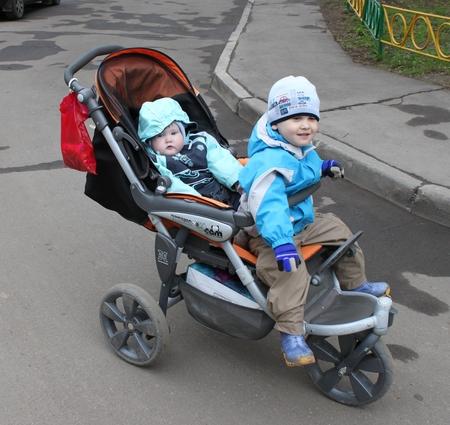 Когда ребенка сажают в прогулочную коляску 100
