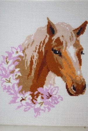 а вот эту лошадку я начала вчера вышивать)) .