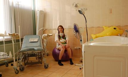 Классическое кресло,ванна для расслабления,двухспальная кровать,стол (для принятия пищи мужем и акушеркой),душ/туалет...
