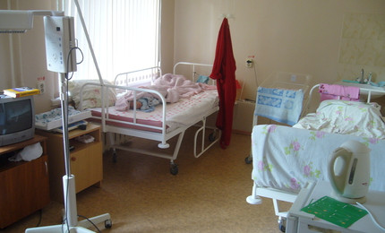 Палата в сервисном послеродовом отделении: 2 кравати для взрослых,кювез,телевизор,холодильник,стол,пеленальный столик,аппарат на колесиках,чтобы малыша греть.