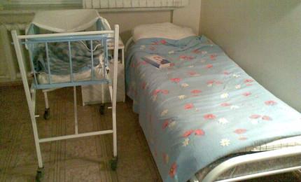 Кровать и детская люлька (платная палата 1 отделение 4 этаж)